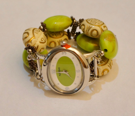 NEW women's Handmade beads Stretchable band with lime green & cream color beautiful beads
